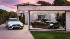 Mercedes-AMG GT 53 4MATIC+ 4-Türer Coupé, AMG Night-Paket, Exterieur: Außenfarbe: designo diamantweiß bright, Farbvariante schwarz & Mercedes-AMG GT 63 S 4MATIC+ 4-Türer Coupé, AMG Carbon-Paket, Exterieur: Außenfarbe: Graphitgrau magno;Mercedes-AMG GT 53 4MATIC+ 4-Türer Coupé: Kraftstoffverbrauch kombiniert: 9,1 l/100 km; CO2-Emissionen kombiniert: 209 g/km* (vorläufige Daten); Mercedes-AMG GT 63 S 4MATIC+ 4-Türer Coupé: Kraftstoffverbrauch kombiniert: 11,2 l/100 km; CO2-Emissionen kombiniert: 256 g/km* (vorläufige Daten) Mercedes-AMG GT 53 4MATIC+ 4-Door Coupé, AMG Night-packet, Exterior: Exterior paint: designo diamond white bright, colour variation black & Mercedes-AMG GT 63 S 4MATIC+ 4-Door Coupé, AMG Carbon-packet, Exterior: Exterior paint: graphite grey magno, colour variation black;Mercedes-AMG GT 53 4MATIC+ 4-Door Coupé: Fuel consumption combined: 9.1 l/100 km; CO2 emissions combined: 209g/km* (provisional data); Mercedes-AMG GT 63 S 4MATIC+ 4-Door Coupé: Fuel consumption combined: 11,2 l/100 km; CO2 emissions combined: 256 g/km* (provisional data)