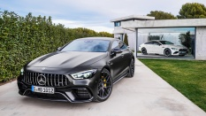 Mercedes-AMG GT 63 S 4MATIC+ 4-Türer Coupé, AMG Carbon-Paket, Exterieur: Außenfarbe: Graphitgrau magno; Mercedes-AMG GT 53 4MATIC+ 4-Türer Coupé, AMG Night-Paket, Exterieur: Außenfarbe: designo diamantweiß bright, Farbvariante schwarz;Mercedes-AMG GT 63 S 4MATIC+ 4-Türer Coupé: Kraftstoffverbrauch kombiniert: 11,2 l/100 km; CO2-Emissionen kombiniert: 256 g/km* (vorläufige Daten); Mercedes-AMG GT 53 4MATIC+ 4-Türer Coupé: Kraftstoffverbrauch kombiniert: 9,1 l/100 km; CO2-Emissionen kombiniert: 209 g/km* (vorläufige Daten) Mercedes-AMG GT 63 S 4MATIC+ 4-Door Coupé, AMG Carbon-packet, Exterior: Exterior paint: graphite grey magno, colour variation black, Mercedes-AMG GT 53 4MATIC+ 4-Door Coupé, AMG Night-packet, Exterior: Exterior paint: designo diamond white bright, colour variation black;Mercedes-AMG GT 63 S 4MATIC+ 4-Door Coupé: Fuel consumption combined: 11,2 l/100 km; CO2 emissions combined: 256 g/km* (provisional data); Mercedes-AMG GT 53 4MATIC+ 4-Door Coupé: Fuel consumption combined: 9.1 l/100 km; CO2 emissions combined: 209g/km* (provisional data)
