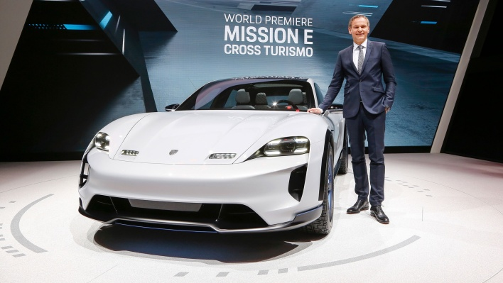 high_oliver_blume_ceo_at_porsche_ag_mission_e_cross_turismo_geneve_motor_show_2018_porsche_ag-(1)