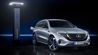 Mercedes-Benz EQC 400 4MATIC, (BR N293) / Hightechsilber / Interior: Electric Art / Der neue Mercedes-Benz EQC - der erste Mercedes-Benz der Produkt- und Technologiemarke EQ. Mit seinem nahtlosen klaren Design ist der EQC ein Vorreiter einer avantgardistischen Elektro-Ästhetik mit wegweisenden Designdetails und markentypischen Farbakzenten außen wie innen. / In Europa gibt es weit über 200 verschiedene Betreiber von Ladestationen an öffentlichen Plätzen. Mercedes me Charge ermöglicht auch den Zugang zu den Schnellladestationen des paneuropäischen Schnellladenetzes von IONITY. Die kurzen Ladezeiten sorgen insbesondere bei Langstrecken für eine angenehme Reise. Entlang der Hauptverkehrsachsen in Europa wird IONITY bis 2020 insgesamt rund 400 Schnellladestationen errichten und betreiben. ;Stromverbrauch kombiniert: 22,2 kWh/100 km; CO2 Emissionen kombiniert: 0 g/km, Angaben vorläufig* Mercedes-Benz EQC 400 4MATIC, (BR N293) / hightech silver / Interior: Electric Art / The new Mercedes-Benz EQC - the first Mercedes-Benz under the product and technology brand EQ. With its seamless, clear design, the EQC is a pioneer for an avant-garde electric look with trailblazing design details and colour highlights typical of the brand both inside and out. / There are well over 200 operators of charging stations in public places in Europe. Mercedes me Charge also allows access to the quick-charging stations of the pan-European network IONITY. Especially over long distances, the short charging times make for a pleasant journey. By 2020 IONITY will construct and operate around 400 quick stations along the main traffic arteries in Europe.;combined power consumption: 22.2 kWh/100 km; combined CO2 emissions: 0 g/km, provisional figures*