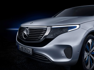 Mercedes-Benz EQC 400 4MATIC, (BR N293) / Hightechsilber / Interior: Electric Art / Der neue Mercedes-Benz EQC - der erste Mercedes-Benz der Produkt- und Technologiemarke EQ. Mit seinem nahtlosen klaren Design ist der EQC ein Vorreiter einer avantgardistischen Elektro-Ästhetik mit wegweisenden Designdetails und markentypischen Farbakzenten außen wie innen.;Stromverbrauch kombiniert: 22,2 kWh/100 km; CO2 Emissionen kombiniert: 0 g/km*, Angaben vorläufig Mercedes-Benz EQC 400 4MATIC, (BR N293) / hightech silver / Interior: Electric Art / The new Mercedes-Benz EQC - the first Mercedes-Benz under the product and technology brand EQ. With its seamless, clear design, the EQC is a pioneer for an avant-garde electric look with trailblazing design details and colour highlights typical of the brand both inside and out.;combined power consumption: 22.2 kWh/100 km; combined CO2 emissions: 0 g/km*, provisional figures