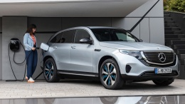 Mercedes-Benz EQC 400 4MATIC, (BR N293) / Hightechsilber / Interior: Electric Art / Der neue Mercedes-Benz EQC - der erste Mercedes-Benz der Produkt- und Technologiemarke EQ. Mit seinem nahtlosen klaren Design ist der EQC ein Vorreiter einer avantgardistischen Elektro-Ästhetik mit wegweisenden Designdetails und markentypischen Farbakzenten außen wie innen. / Schnelles Laden für zu Hause: Mit der neuen Generation der Mercedes-Benz Wallbox kann der EQC zu Hause bis zu drei Mal schneller laden als an der Haushaltssteckdose.;Stromverbrauch kombiniert: 22,2 kWh/100 km; CO2 Emissionen kombiniert: 0 g/km*, Angaben vorläufig Mercedes-Benz EQC 400 4MATIC, (BR N293) / hightech silver / Interior: Electric Art / The new Mercedes-Benz EQC - the first Mercedes-Benz under the product and technology brand EQ. With its seamless, clear design, the EQC is a pioneer for an avant-garde electric look with trailblazing design details and colour highlights typical of the brand both inside and out. / Quick-charging in the home: With the new-generation Mercedes-Benz Wallbox, the EQC can be charged up to three times faster in the home than from a domestic power socket.;combined power consumption: 22.2 kWh/100 km; combined CO2 emissions: 0 g/km*, provisional figures