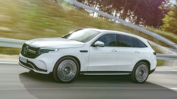 Mercedes-Benz EQC 400 4MATIC, (BR N293) / designo Diamantweiß bright / Exterior: AMG Line / Interior: AMG Line / Der neue Mercedes-Benz EQC - der erste Mercedes-Benz der Produkt- und Technologiemarke EQ. Mit seinem nahtlosen klaren Design ist der EQC ein Vorreiter einer avantgardistischen Elektro-Ästhetik mit wegweisenden Designdetails und markentypischen Farbakzenten außen wie innen.;Stromverbrauch kombiniert: 22,2 kWh/100 km; CO2 Emissionen kombiniert: 0 g/km*, Angaben vorläufig Mercedes-Benz EQC 400 4MATIC, (BR N293) / designo diamond white bright / Exterior: AMG Line / Interior: AMG Line / The new Mercedes-Benz EQC - the first Mercedes-Benz under the product and technology brand EQ. With its seamless, clear design, the EQC is a pioneer for an avant-garde electric look with trailblazing design details and colour highlights typical of the brand both inside and out.;combined power consumption: 22.2 kWh/100 km; combined CO2 emissions: 0 g/km*, provisional figures