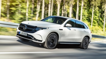 Mercedes-Benz EQC 400 4MATIC, (BR N293) / designo Diamantweiß bright / Exterior: AMG Line / Interior: AMG Line / Der neue Mercedes-Benz EQC - der erste Mercedes-Benz der Produkt- und Technologiemarke EQ. Mit seinem nahtlosen klaren Design ist der EQC ein Vorreiter einer avantgardistischen Elektro-Ästhetik mit wegweisenden Designdetails und markentypischen Farbakzenten außen wie innen.;Stromverbrauch kombiniert: 22,2 kWh/100 km; CO2 Emissionen kombiniert: 0 g/km, Angaben vorläufig* Mercedes-Benz EQC 400 4MATIC, (BR N293) / designo diamond white bright / Exterior: AMG Line / Interior: AMG Line / The new Mercedes-Benz EQC - the first Mercedes-Benz under the product and technology brand EQ. With its seamless, clear design, the EQC is a pioneer for an avant-garde electric look with trailblazing design details and colour highlights typical of the brand both inside and out.;combined power consumption: 22.2 kWh/100 km; combined CO2 emissions: 0 g/km, provisional figures*