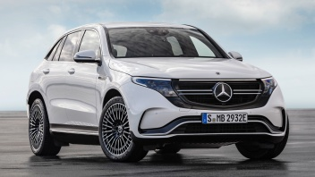 Mercedes-Benz EQC 400 4MATIC, (BR N293) / designo Diamantweiß bright / Exterior: AMG Line / Interior: AMG Line / Der neue Mercedes-Benz EQC - der erste Mercedes-Benz der Produkt- und Technologiemarke EQ. Mit seinem nahtlosen klaren Design ist der EQC ein Vorreiter einer avantgardistischen Elektro-Ästhetik mit wegweisenden Designdetails und markentypischen Farbakzenten außen wie innen.;Stromverbrauch kombiniert: 22,2 kWh/100 km; CO2 Emissionen kombiniert: 0 g/km, Angaben vorläufig* Mercedes-Benz EQC 400 4MATIC, (BR N293) / desig no diamond white bright / Exterior: AMG Line / Interior: AMG Line / The new Mercedes-Benz EQC - the first Mercedes-Benz under the product and technology brand EQ. With its seamless, clear design, the EQC is a pioneer for an avant-garde electric look with trailblazing design details and colour highlights typical of the brand both inside and out.;combined power consumption: 22.2 kWh/100 km; combined CO2 emissions: 0 g/km, provisional figures*